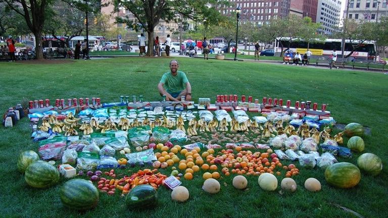 Rob Greenfield junto a comida rescatada de la basura