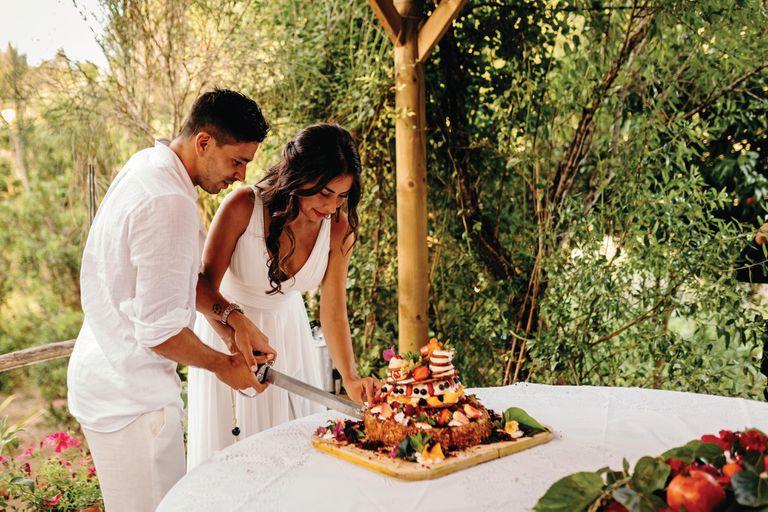 """Tras la ceremonia, los recién casados fueron a comer al reconocido restó italoargentino A Mi Manera. Los invitados disfrutaron un menú a base de pastas; burrata y asado. """"La torta fue un verdadero desafío para el chef del restaurante. Es que en Ibiza no se acostumbra a hacer tortas altas de boda. Entonces improvisó una a base de hojaldre y chocolate. Exquisita"""", explicó la florentina, quien desde hace dos años trabaja en el ciclo deportivo de televisión de la RAI2 Quelli Che Il Calcio"""