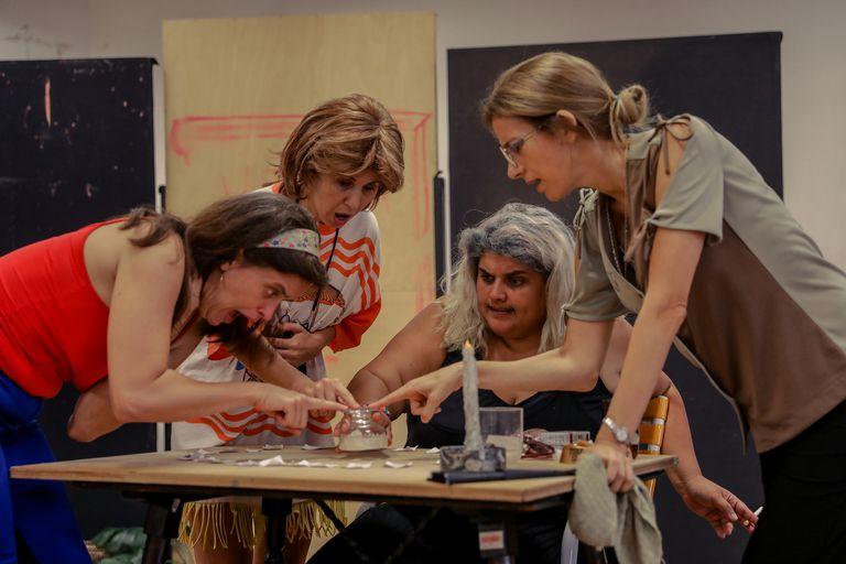 El elenco de Reinas abolladas, el espectáculo que el domingo abre la temporada del Teatro Nacional Cervantes