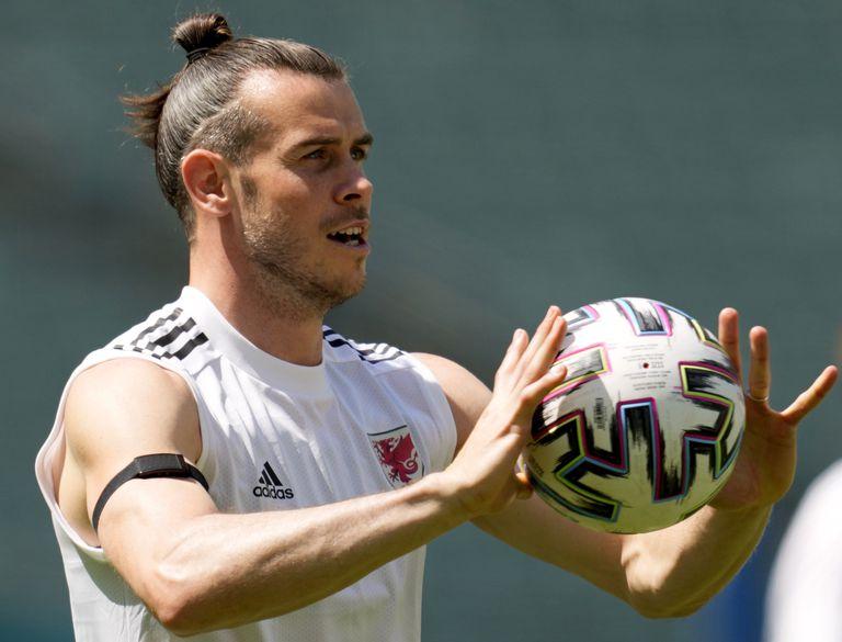 El delantero galés Gareth Bale durante un entrenamiento, el viernes 11 de junio de 2021, previo al debut en la Eurocopa, en Bakú, Azerbaiyán. (AP Foto/Darko Vojinovic)