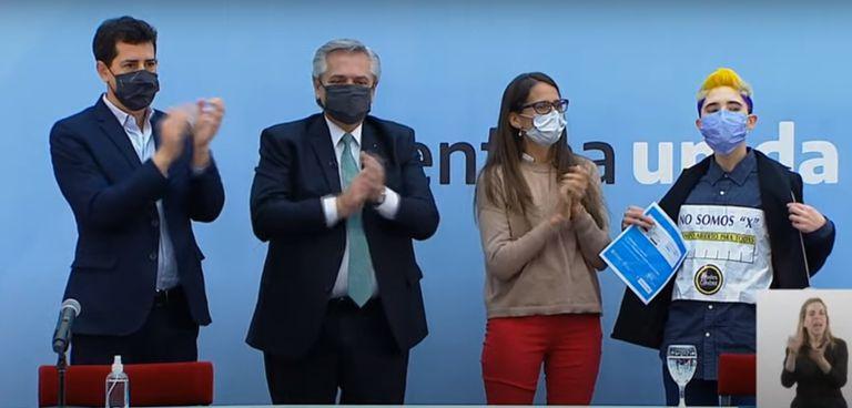 Dos personas se manifestaron en el acto en contra del anuncio del presidente Alberto Fernández