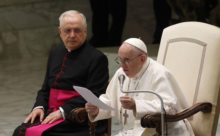 El papa Francisco habla durante su audiencia general en la sala Pablo VI del Vaticano, el miércoles 4 de agosto de 2021. Fue la primera audiencia general desde que fue operado para extirparle parte del colon por un estrechamiento, el 4 de julio de 2021. (AP Foto/Riccardo De Luca)