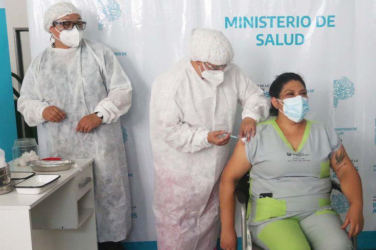 La campaña de vacunación comenzó con el personal de salud en todo el país; una vez cubiertos todos los trabajadores, se comenzará con los adultos mayores de 70 años