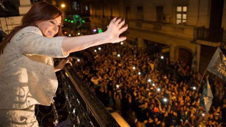 Cristina Kirchner, saludando a los militantes desde el balcón del Instituto Patria, antes de la llegada del coronavirus a la Argentina