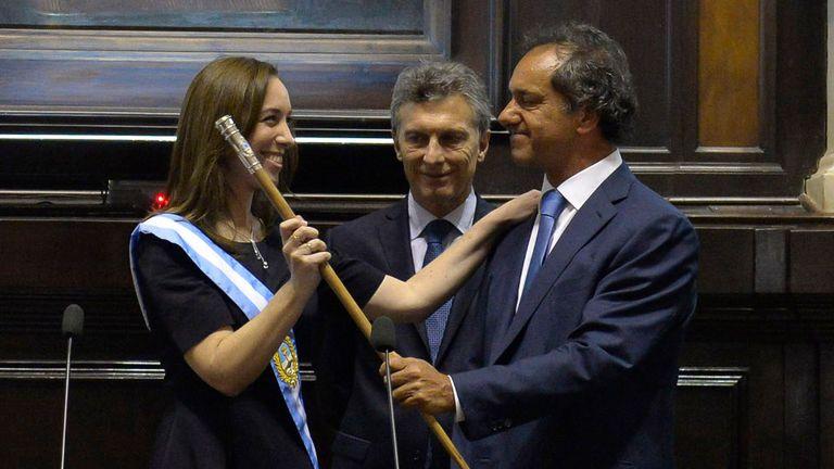 Emocionada, María Eugenia Vidal recibió el bastón de mando que le entregó Scioli; a su lado, el presidente Macri