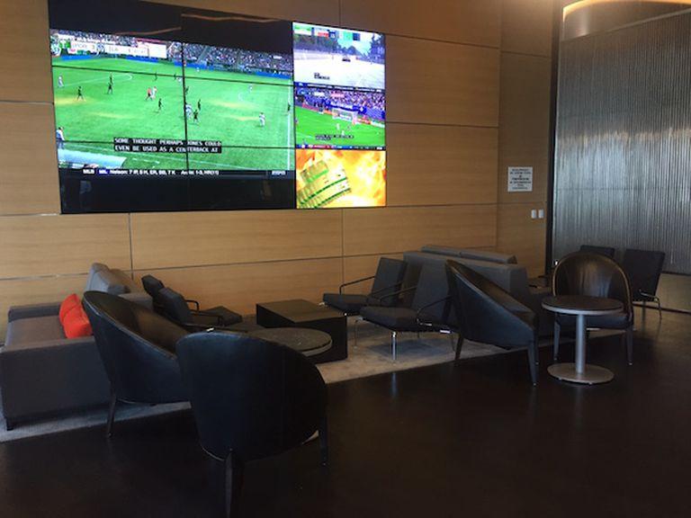 Uno de los lobbys del edificio cuenta con grandes pantallas. Crédito: www.pdtowermiami.com