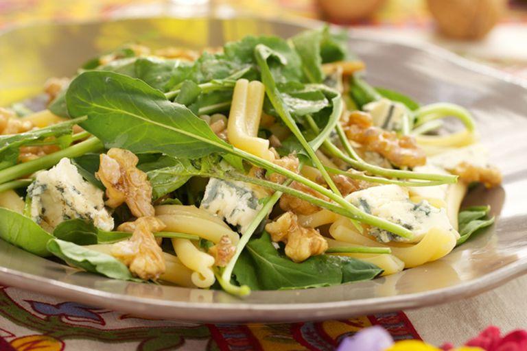 Ensalada de pasta, nueces, rúcula y queso azul