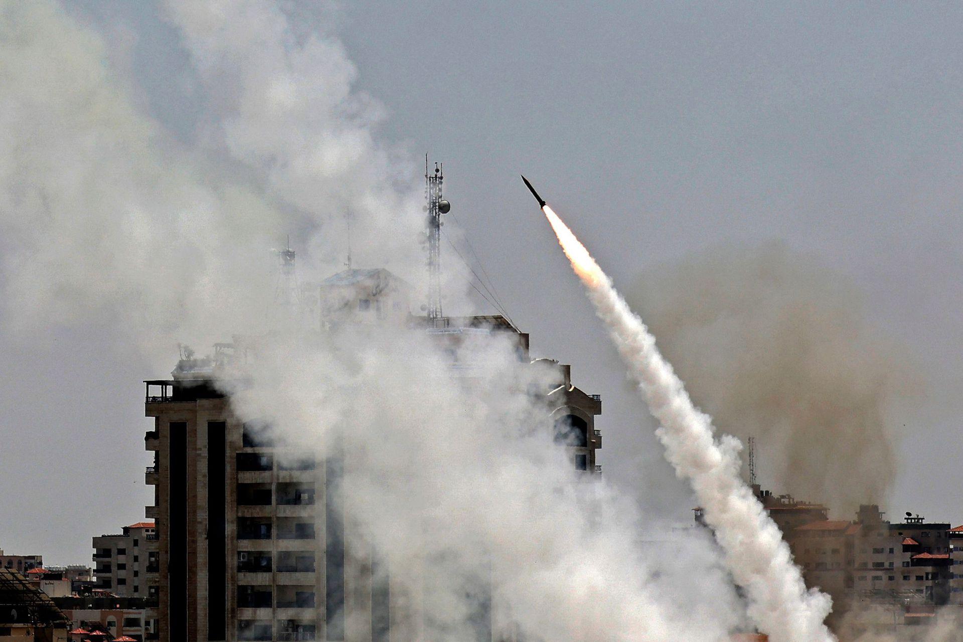 Misiles disparados desde la ciudad de Gaza, controlada por el movimiento palestino Hamas, hacia Israel