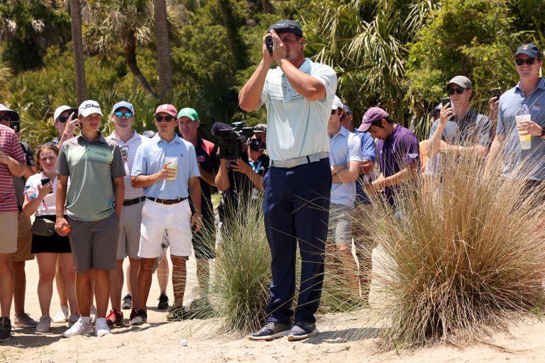 Bryson DeChambeau recurrió al telémetro antes de jugar su segundo tiro desde un búnker en el primer hoyo durante la ronda final del PGA Championship