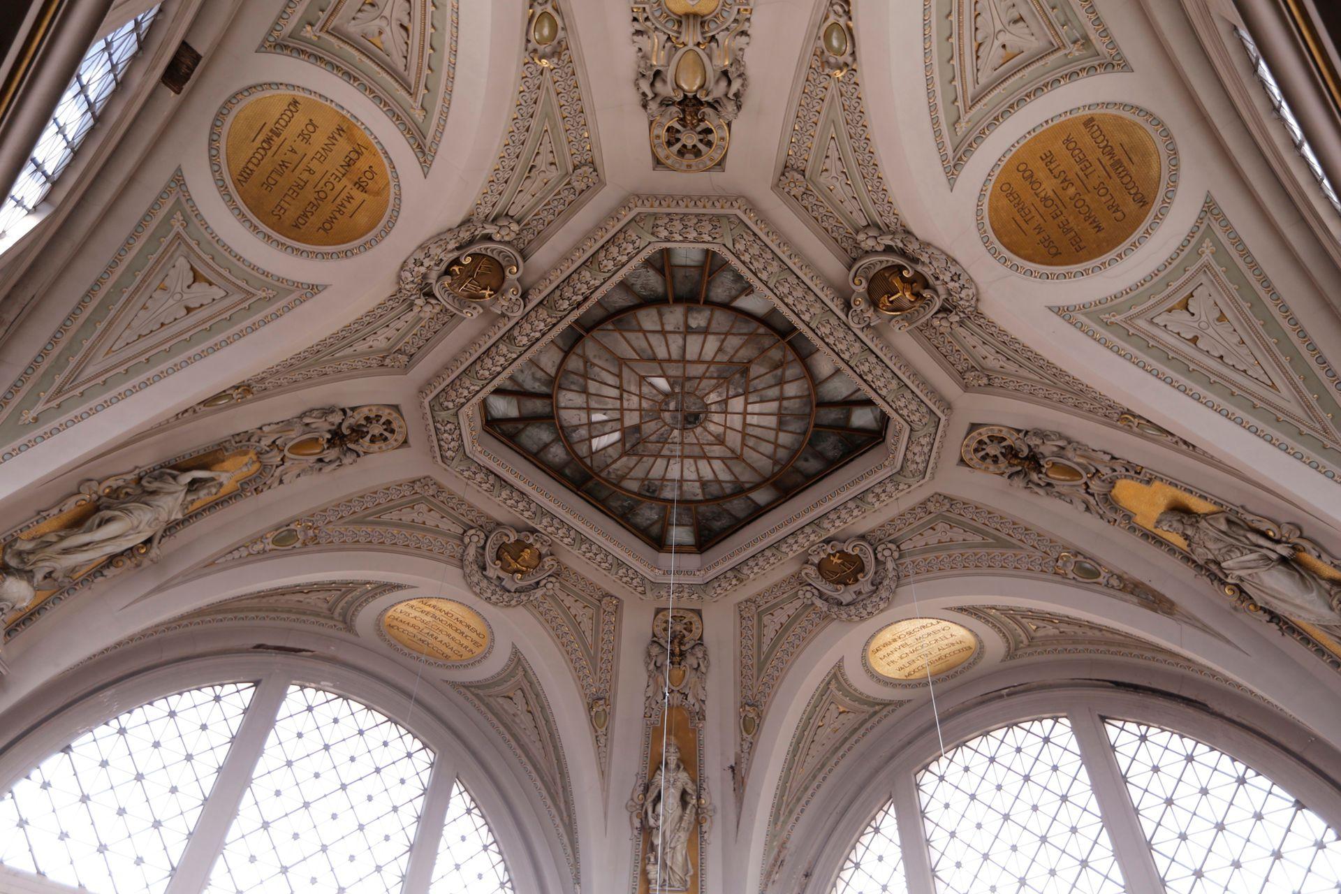 Cúpula de la sala de lectura, rodeada de medallones en dorado con los nombres de los directores de la Biblioteca. Allí debe ubicarse el vitraux original, la Constelación delSur, hoy celosamente guardado