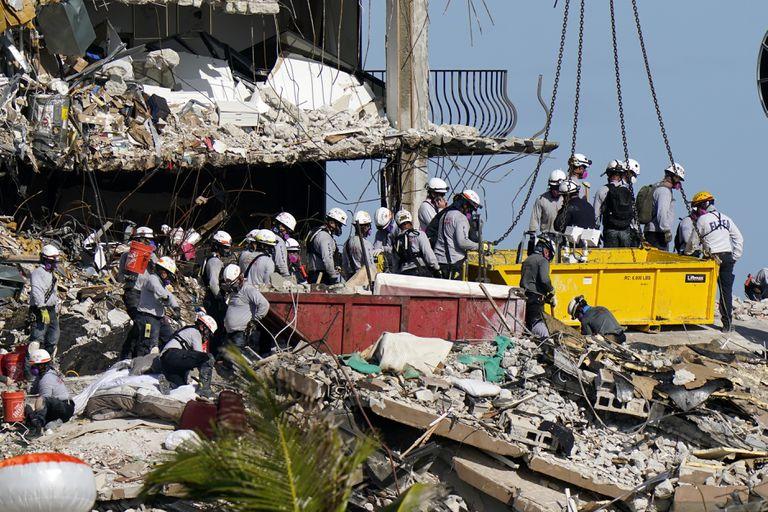 Rescatistas buscan en los escombros de las Champlain Towers South Condo, el lunes 28 de junio de 2021 en Surfside, Florida