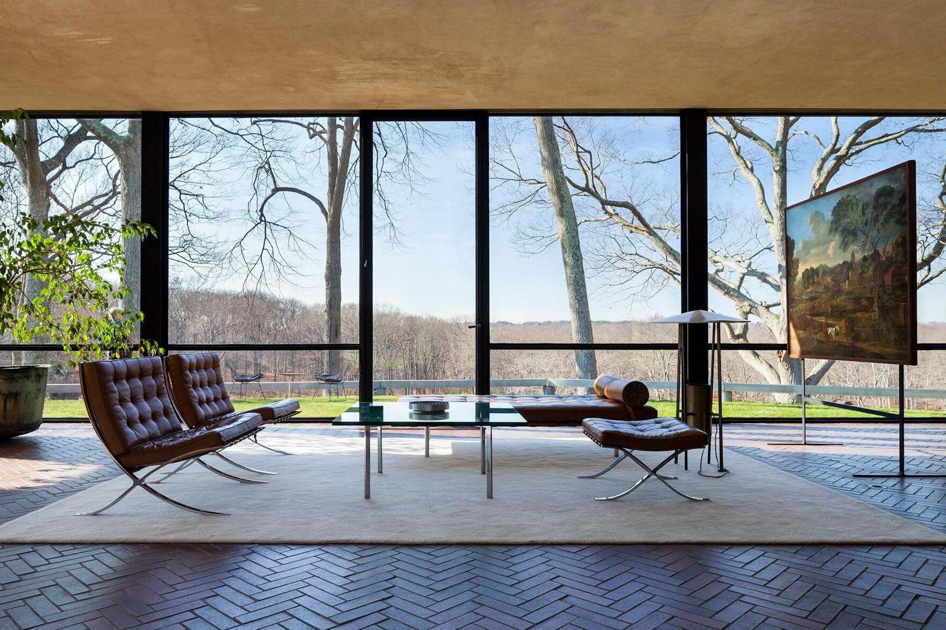 El interior de La Casa de Cristal es en una sola planta, con ambientes divididos con muebles