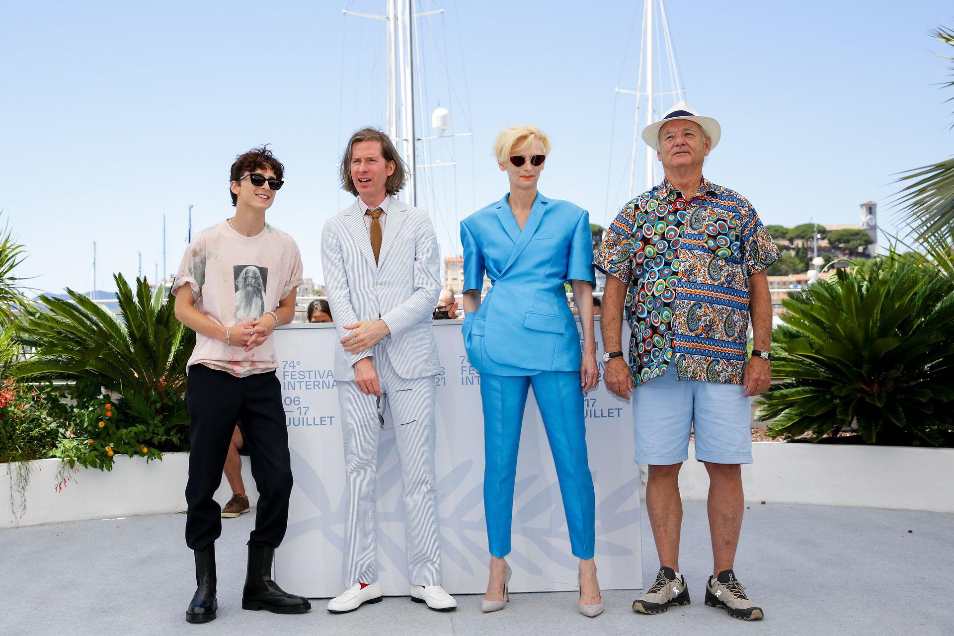 Timothee Chalamet, Wes Anderson, Tilda Swinton y Bill Murray durante una sesión de fotos de la película La crónica francesa, en Cannes.