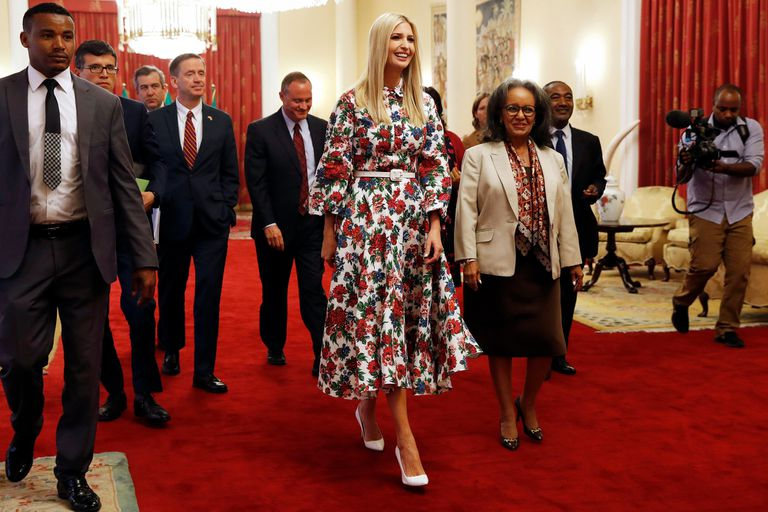 Con un vestido floreado de Emilia Wickstead (también eligen sus diseños las duquesas de Cambridge y Sussex), cinturón y stilettos blancos, Ivanka llegó al palacio presidencial para su cita con la presidenta Sahle-Work Zewde