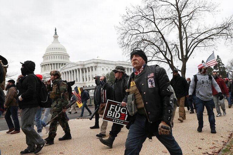 Miembros del grupo de extrema derecha Proud Boys marchan hacia el Capitolio de Estados Unidos en Washington, Estados Unidos, el 6 de enero de 2021.