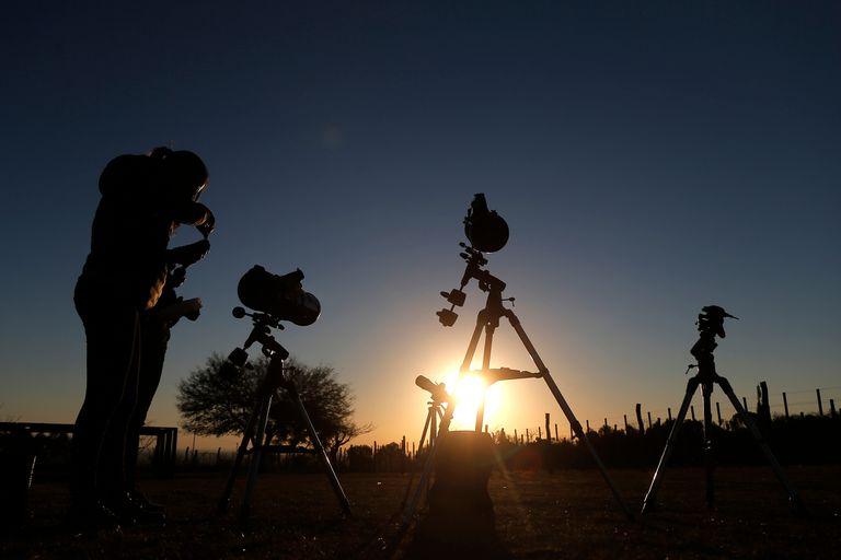 Preparativos para ver el eclipse en La Población, Cordoba
