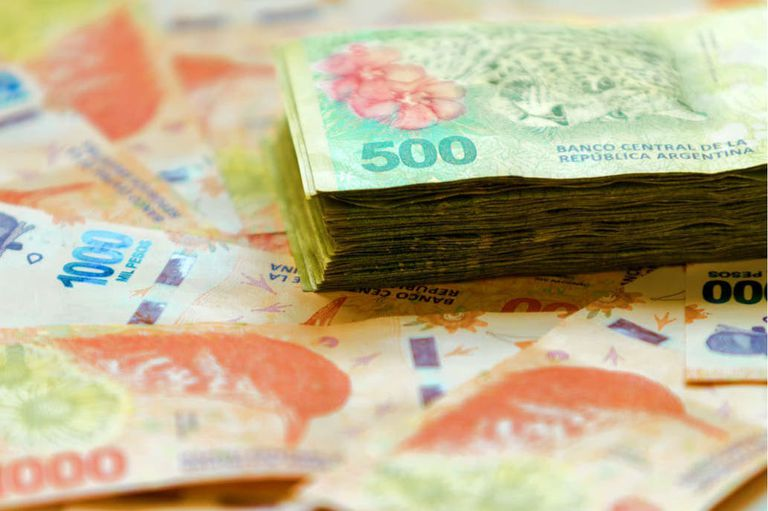 Por la inflación y la incertidumbre, 4 millones de argentinos venden pesos y compran dólares en el mercado oficial
