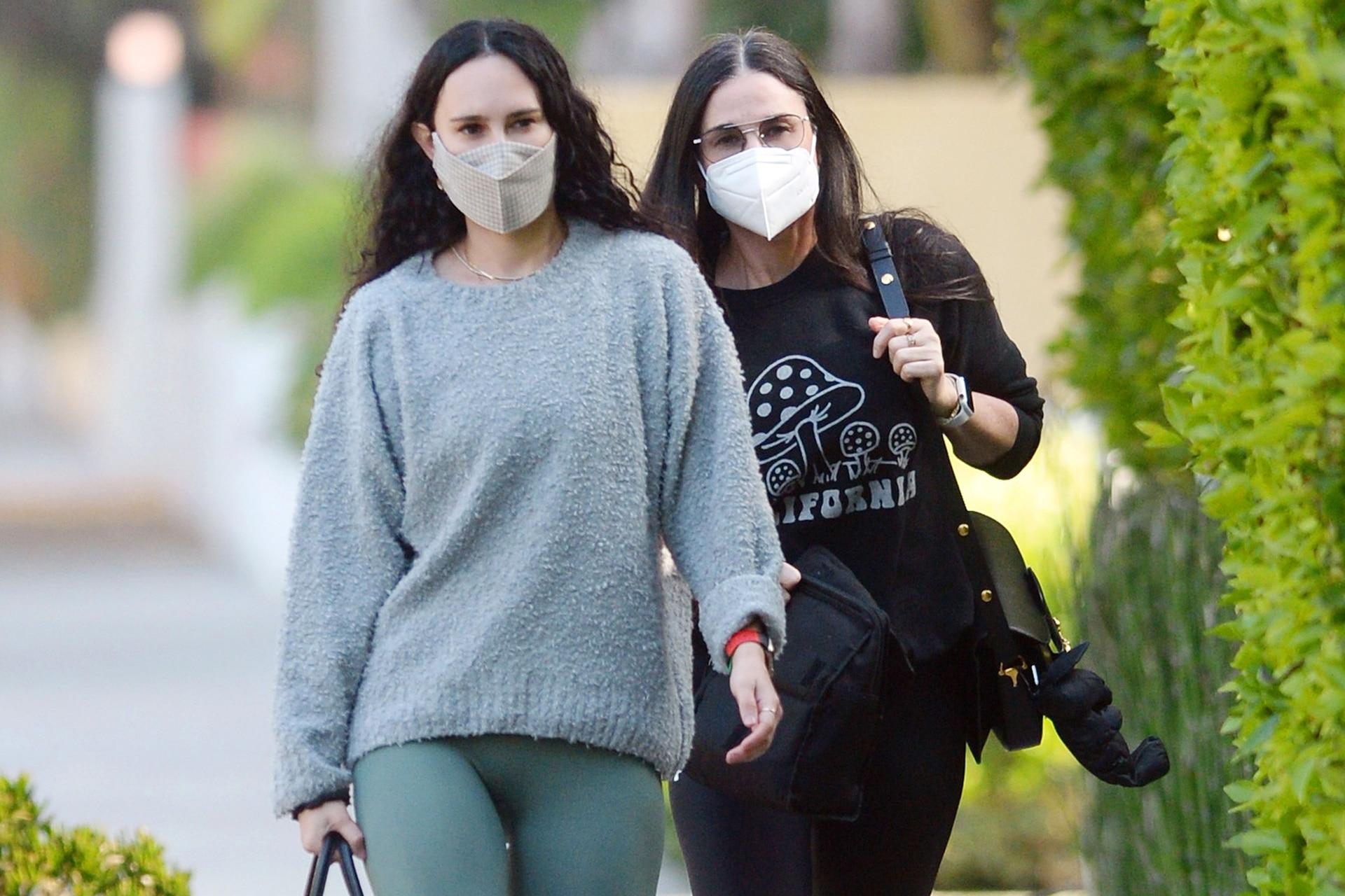 Recuperar el tiempo perdido. Demi Moore junto a su hija, Rumer, después de una clase de pilates en Los Ángeles, esta semana.