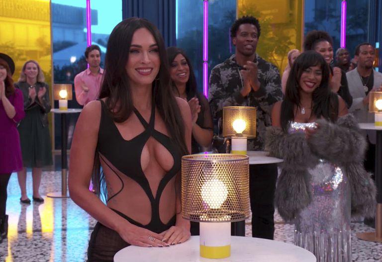 Megan Fox mira sonriente a su pareja, Machine Gun Kelly, ganador del premio a mejor artista de rock