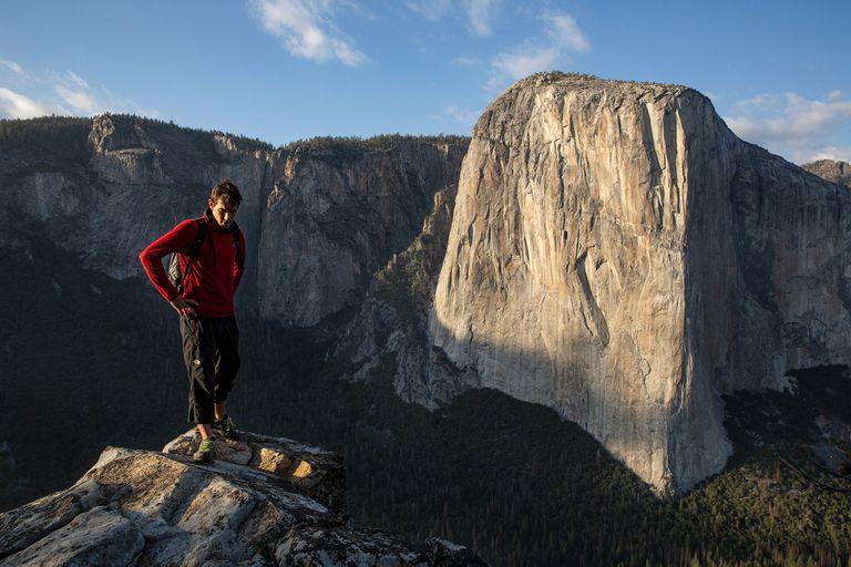 Alex Honnold, el escalador que no usa ni arnés ni cables para escalar El Capitán, en el parque Yosemite, hazaña que narra esta película de Jimmy Chin y Elizabeth Chai
