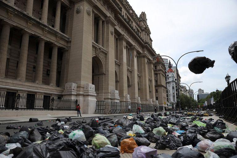 Tiraron bolsas de basura frente al Palacio de Tribunales