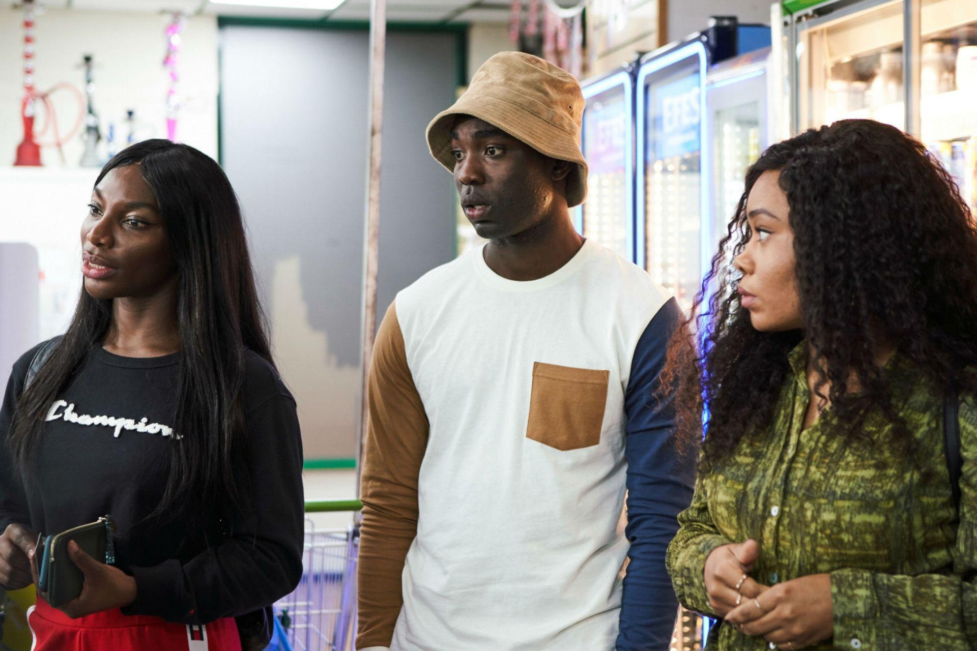 Coel junto a los actores Paapa Essiedu y Weruche Opia, los amigos de Arabella en la serie