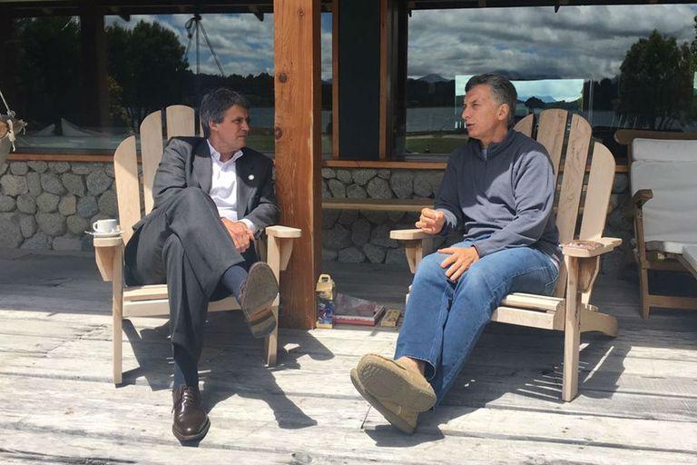 El encuentro del exministro de Hacienda Alfonso Prat Gay y el presidente Mauricio Macri, en Villa La Angostura