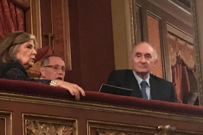 Inés Pertiné y Fernando de la Rúa, en un palco del teatro, a la espera del comienzo del espectáculo