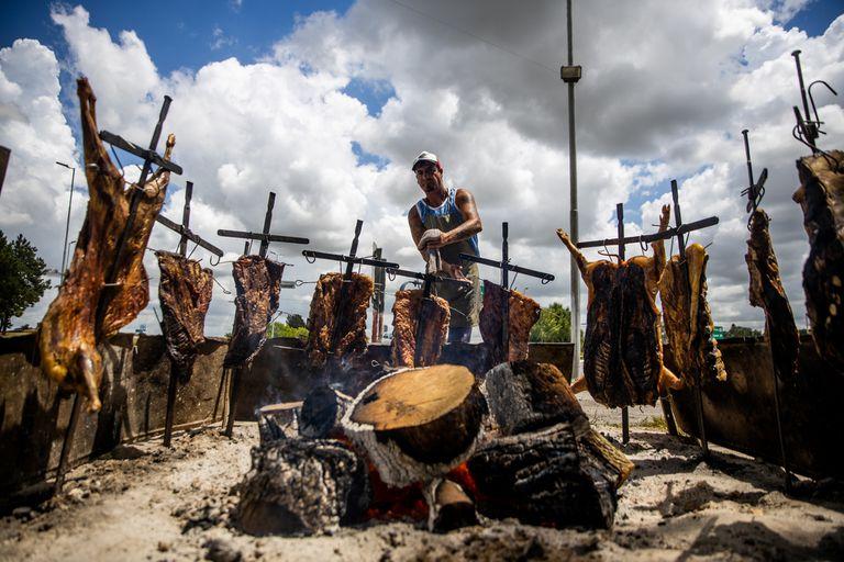 """Jose Lobos, asador de Parrilla Carlitos, en ruta provincial 2, Dolores, Provincia de Buenos Aires, un restaurante históricos donde comieron personalidades de todos los ámbitos. Desde Juan Manuel Fangio hasta Isabel """"la Coca"""" Sarli"""