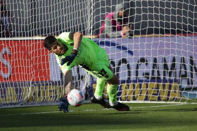 Agustín Rossi le desvía el penal a Fabricio Domínguez, pero a Boca no le alcanzó y el clasificado a la final de la Copa Liga Profesional 2021 fue Racing. El arquero tuvo un desempeño irregular, sigue sin dar total confianza cada vez que le dan la chance de ser titular
