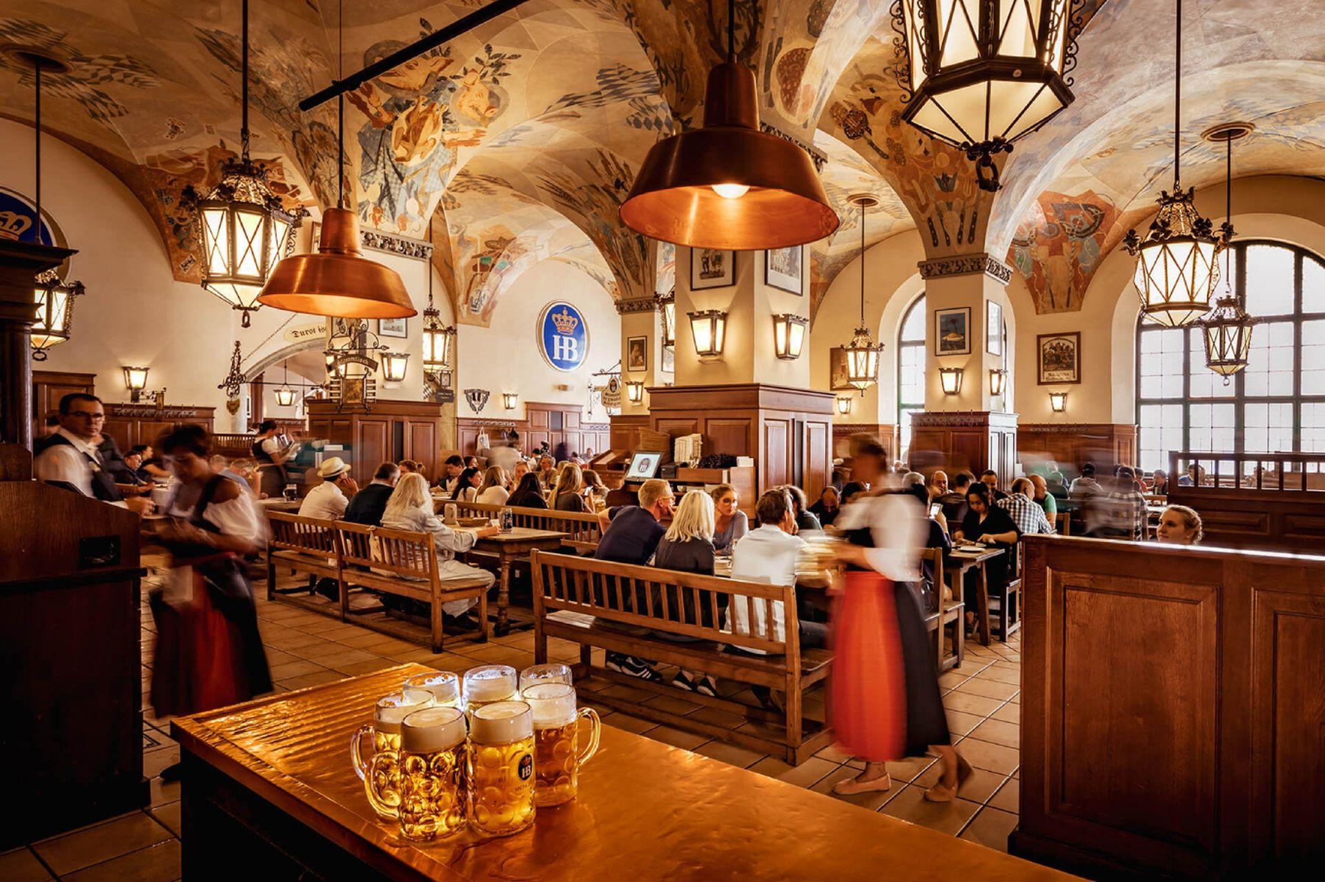 Hofbrauhaus Munich, el típico salón cervecero visitado tanto por locales como por turistas.