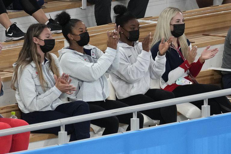 Simone Biles (2da desde la derecha) y sus compañeras del equipo estadounidense festejan la victoria de Sunisa Lee en la prueba de ejercicios combinados