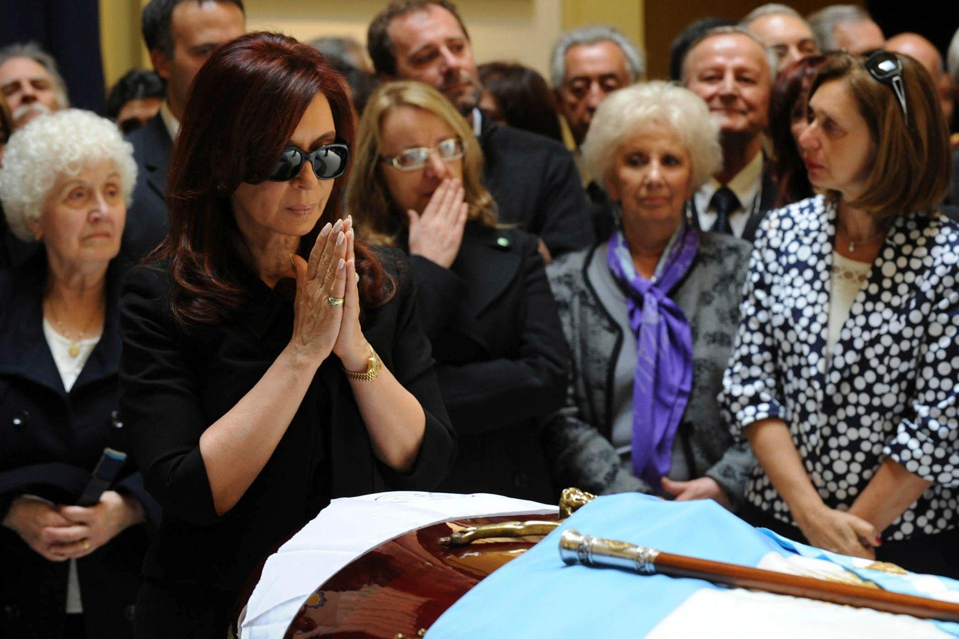 Cristina Kirchner, en el velatorio de Néstor Kirchner; detrás de ella, su cuñada Alicia Kirchner y Estela de Carlotto