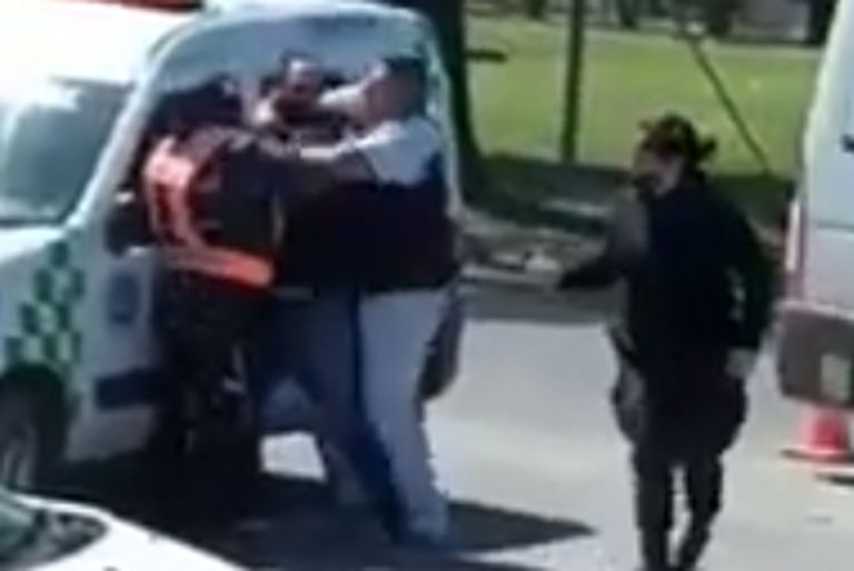 José C. Paz: un hombre atacó con un matafuego a los agentes de tránsito que lo multaron por cometer una infracción