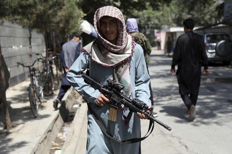 Un soldado talibán, en las calles de Kabul, a ocho días desde la toma del poder
