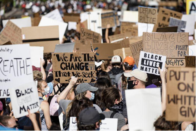 Manifestantes marchan cerca de la Casa Blanca, en contra del racismo en todas sus formas