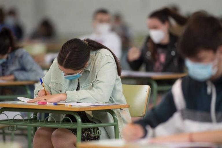 Estudiantes de bachillerato realizan los exámenes de Selectividad en Viveiro, España