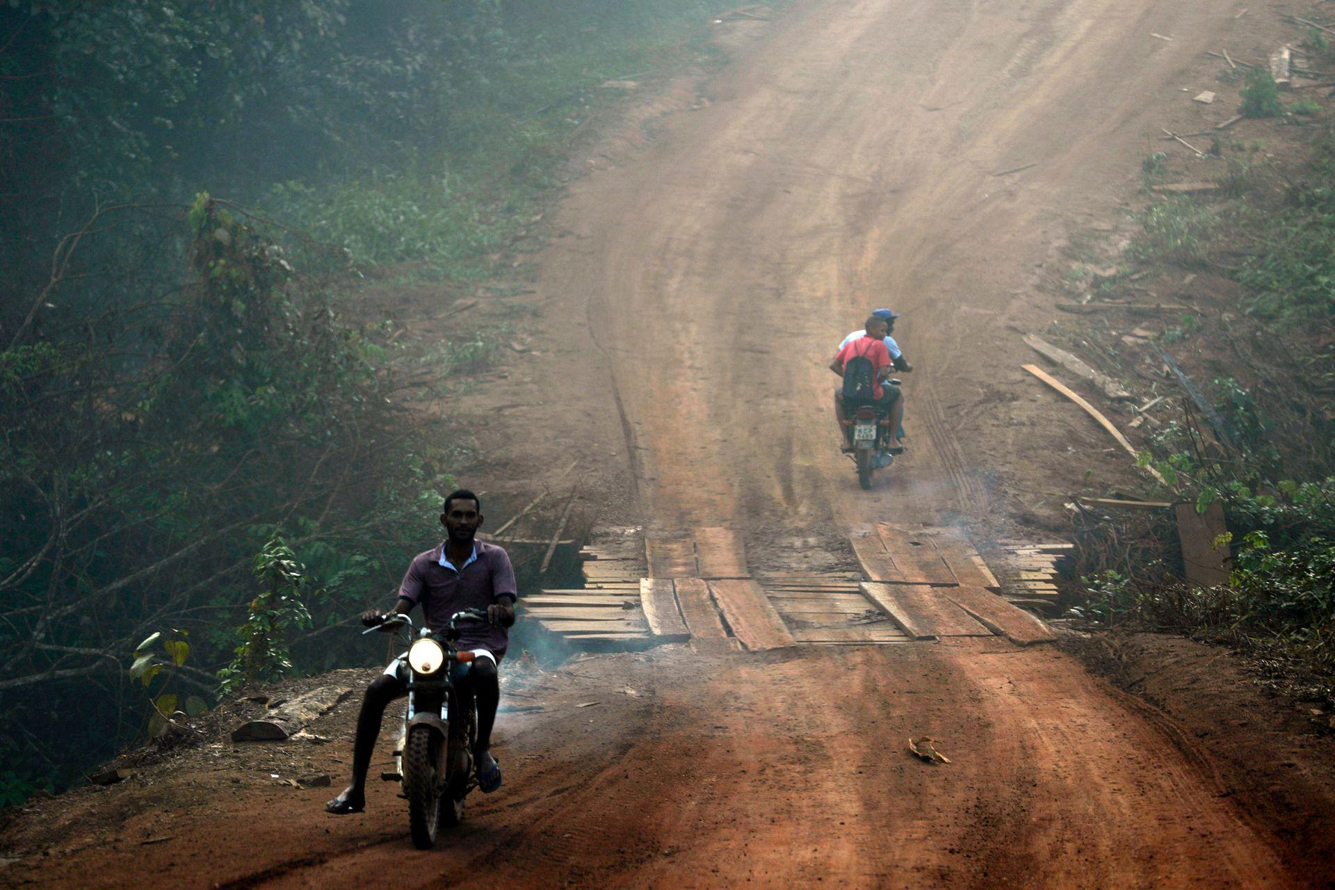 Los habitantes del Amazonas se mueven en medio del humo provocado por los incendios