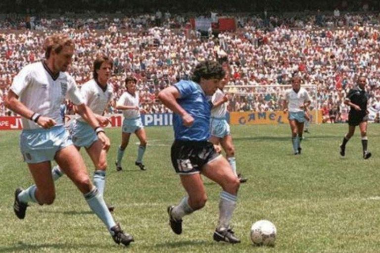 Diego Maradona gambeteando a los jugadores ingleses