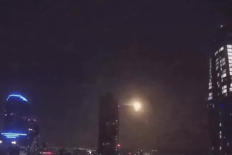 Usuarios de las redes sociales lograron captar en fotos y videos el destello que provocó una inesperada explosión en el cielo de Melbourne
