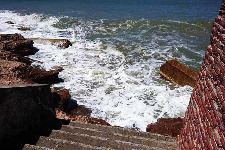 Las olas parecen querer subir por las viejas escaleras de El Marquesado