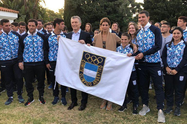 Macri, Juliana Awada y algunos referentes de la delegación argentina que acudirá a los Juegos Panamericanos de Lima: Pedro Ibarra (hockey sobre césped, segundo desde la izquierda), Paula Pareto (judo) y Diego Simonet (handball, segundo desde la derecha).