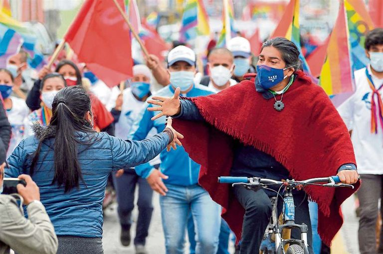 Yaku Pérez, candidato del partido indígena Pachakutik, hace campaña en bicicleta en Machachi, Ecuador
