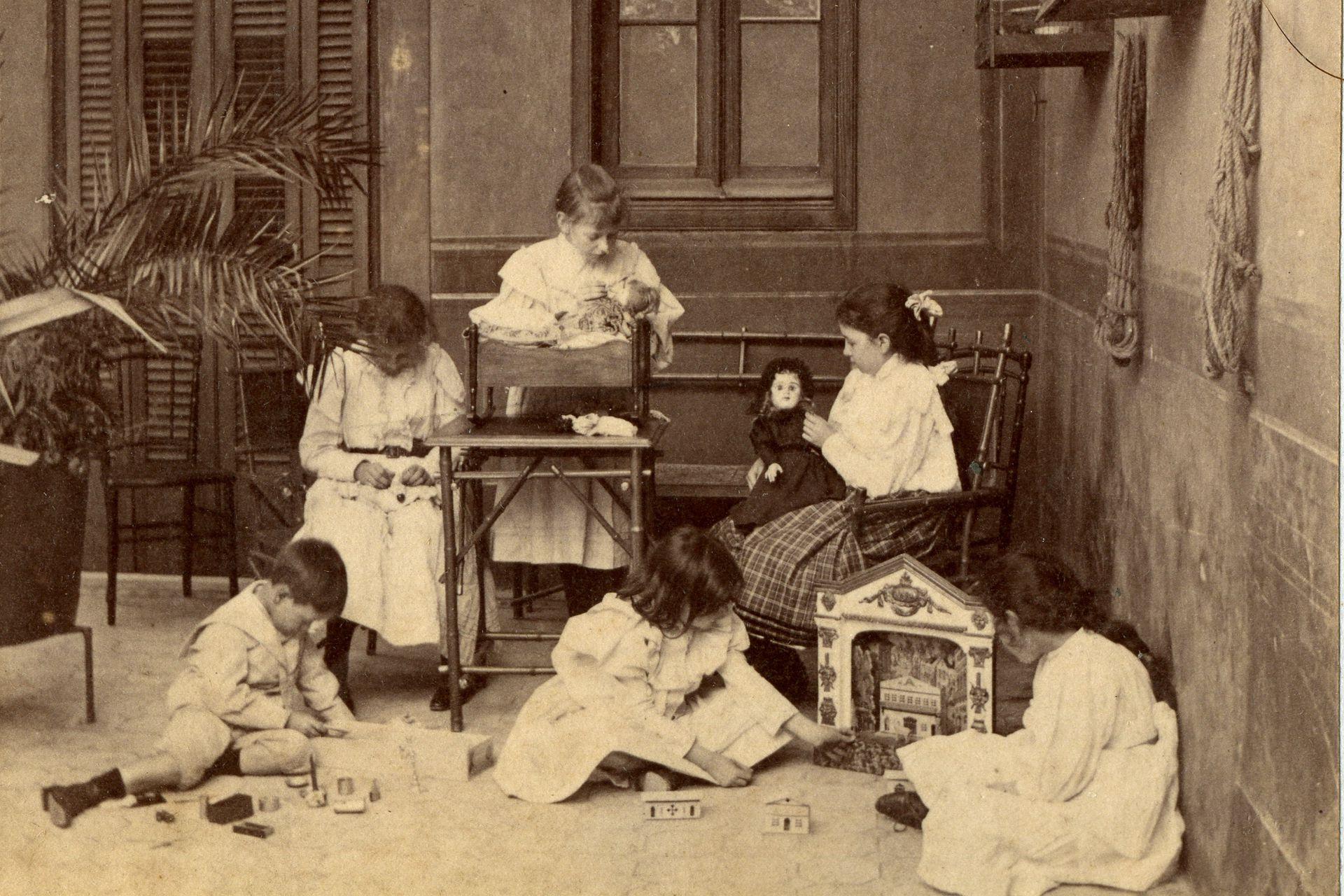Un juego eterno entre las niñas: las muñecas.