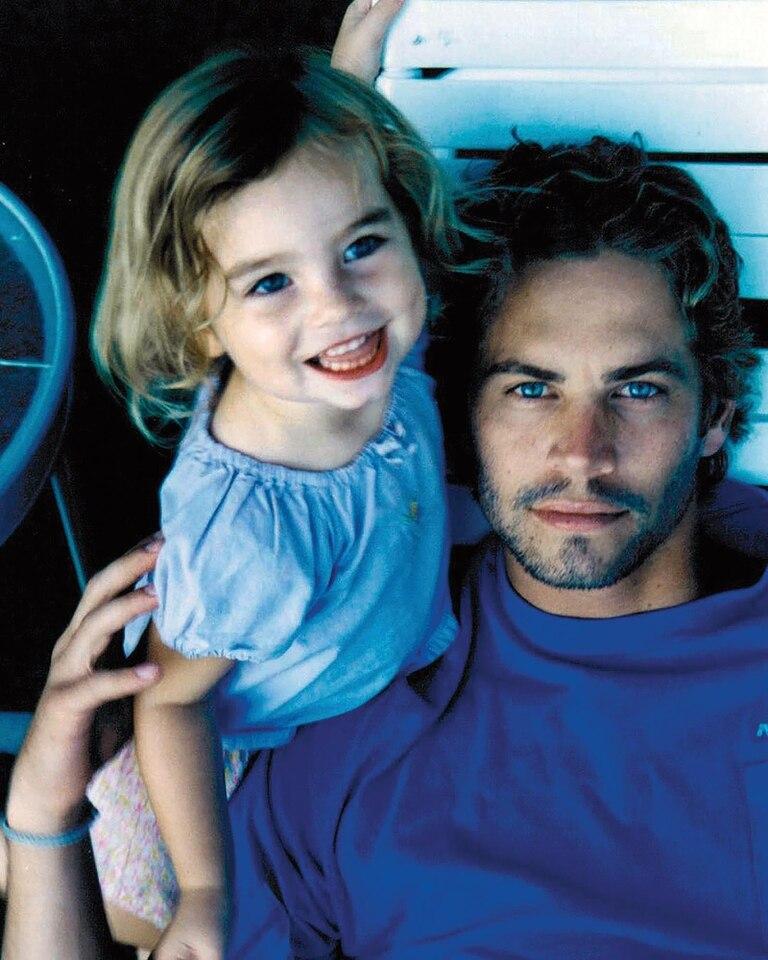 Meadow en brazos de su padre, que murió en noviembre de 2013, cuando el auto deportivo en el que iba con un amigo, que él conducía, se estrelló y se incendió.