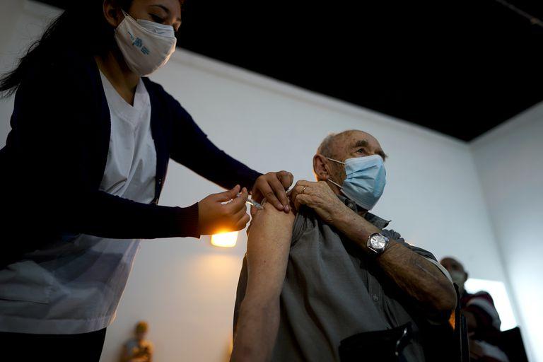 Una enfermera administra una dosis de la vacuna Sputnik V COVID-19 a un anciano en el Parque Tecnopolis, que ha sido reutilizado como centro de vacunas, en Buenos Aires, Argentina, el jueves 15 de abril de 2021. (AP Foto/Víctor R. Caivano )
