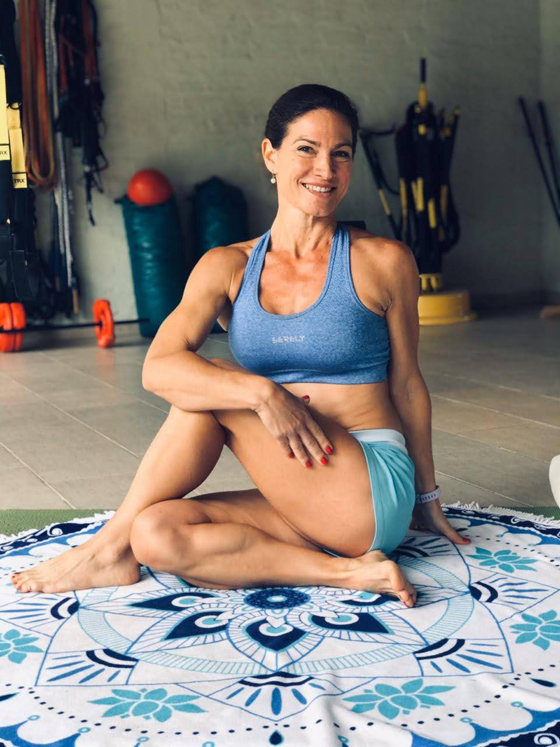 Laura Muñoz también da clases de yoga y stretching en el gimnasio que montó en el fondo de su casa.
