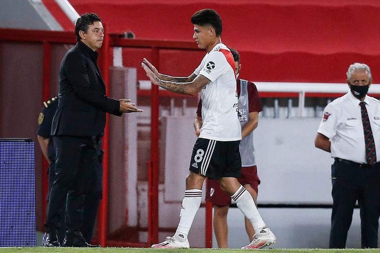 Marcelo Gallardo saluda a Jorge Carrascal durante el partido que disputan River Plate y Arsenal de Sarandí.