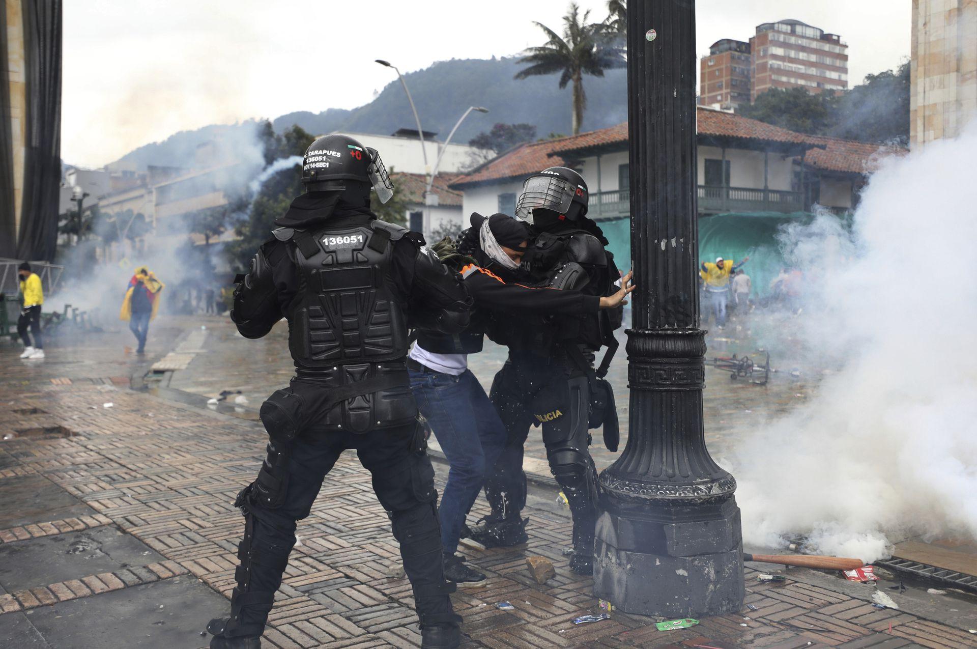 Los enfrentamientos entre manifestantes y policías han sido muy violentos y han dejado cientos de heridos y varias personas han perdido la vida