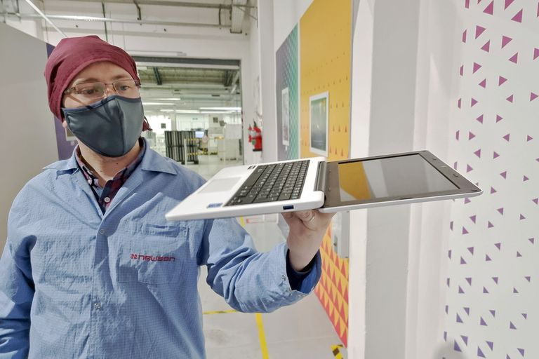 La computadora educativa cuenta con una pantalla con una apertura de 180 grados